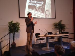 Lars Anderson (van de uitgeverij Fosfor) lanceert de Nederlandse vertaling van De dood van ambassadeur van R. Kapuściński