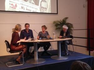 paneldiscussie; tweede van links Zuidelijk Afrika-correspondent Bram Vermeulen, rechts naast hem Judith Koelemeijer en Geert Mak